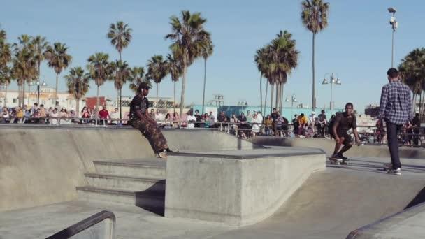 Gördeszka trükk, lassú mozgás, Velence Beach Skate Park, Los Angeles Kalifornia