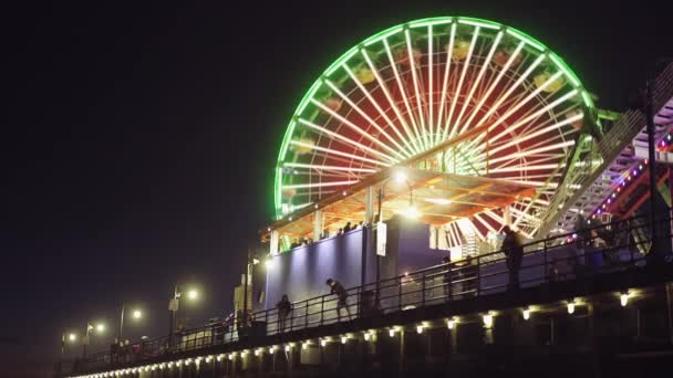 Santa Monica Pier karácsonykor, kigyulladt az éjszaka, tereptárgyak Los Angeles-i óriáskerék