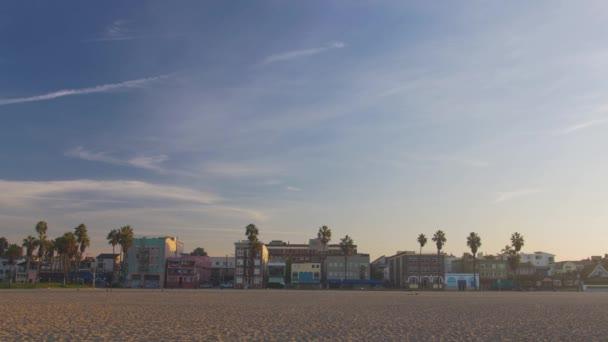 Venice Beach Boardwalk épületek, pálmafák  homok város festői, Los Angeles