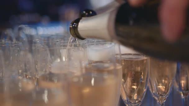 Nalití láhev šampaňského do sklenic na večerní párty, pomalý pohyb
