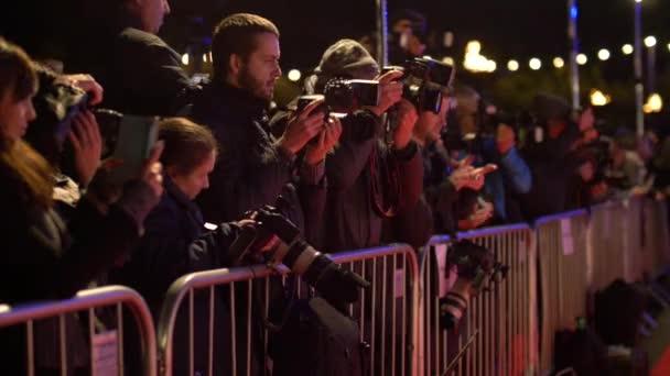 Paparazzi fotografieren Kameras bei Promi-Event auf rotem Teppich