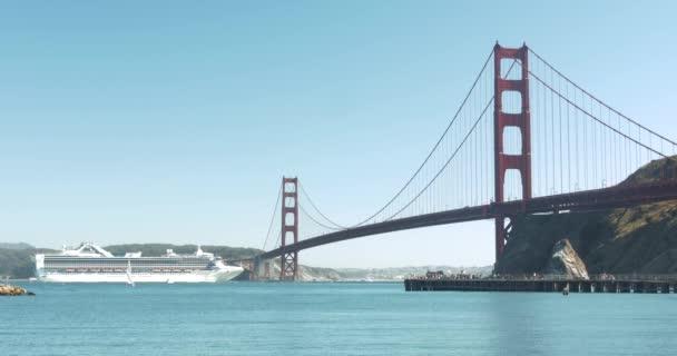Ferry, procházející pod Golden Gate Bridge, San Francisco, Kalifornie