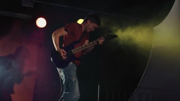 Alternatív Rock Star gitáros lassú mozgás ugrás gazdaság elektromos gitár