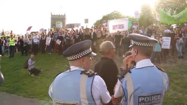 Policie  dav lidí shromážděných v protestech úsporná zámecký Park, Velká Británie, Bristol 2015