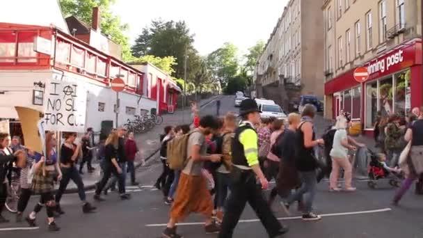Lidi v ulici na Uk úsporná protesty 2015, Bristol