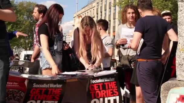 Ženy podepisování petice na Uk úsporná protesty 2015, Bristol