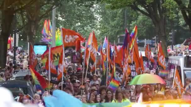 Dav pochoduje s příznaky na Bristol Lgbt Pride parade