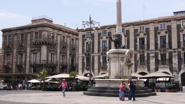 I turisti posano per foto Downtown Catania Town Square Scenic
