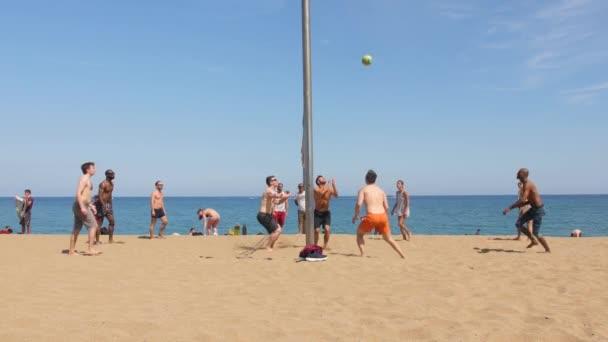 Lidé hrající hru volejbalu na pláž Barceloneta
