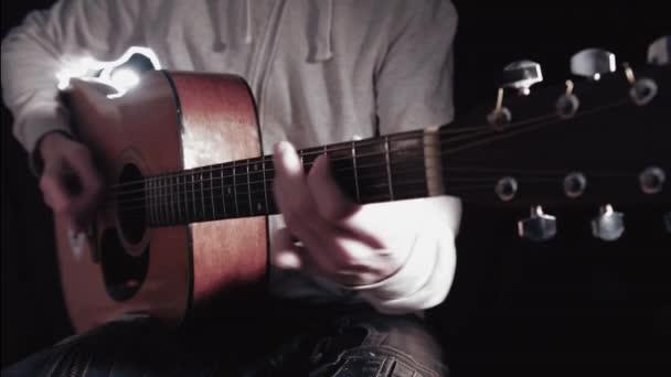 Anonymní hudebník, hrál na akustickou kytaru, Close Up
