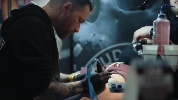 Artista del tatuaggio tatuaggio Client in Studio