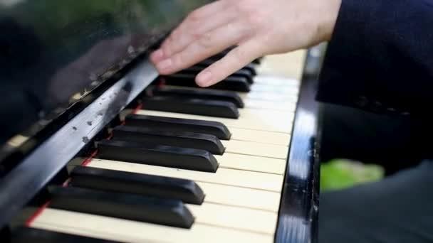 Közelkép a férfi kezét, zongora.