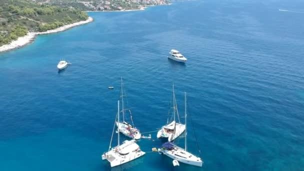 letět nad plachetnic v modré laguně poblíž Ciovo Island, Chorvatsko