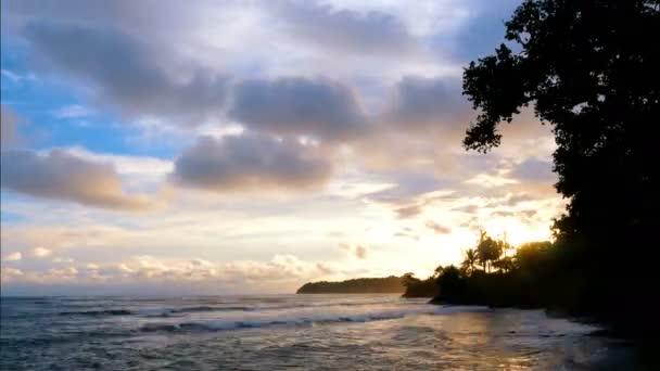 Szűz érintetlen karibi tengerparton naplemente idő telik el. Arany fehér fény felett homokos strandok alkotják egy félelmetes trópusi táj. Látványos fantasztikus színes háttér, a Hajnal idő telik el a nap éjszaka.