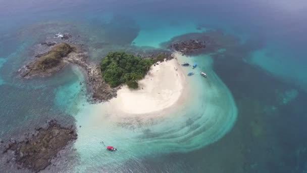 Idylický ráj panenské nedotčené tropický ostrov letecké dron pohled. Bílé písečné pláže a modré tyrkysové nedotcený vody tvoří pozadí Super dovolená. Velkolepý pohled na vysoké přírodní krajina