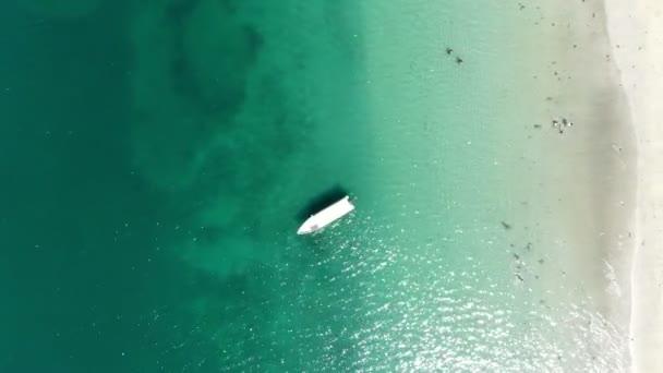Nerozmazlená Karibská tropická bílá písečná plážová vzdušná pláž. Modré tyrkysové nedotčená voda, bílé písečné pláže a Palmové stromy tvoří úžasný tropický kraj. Vysoký vzdušný výhled. Velkolepé prázdninové pozadí.