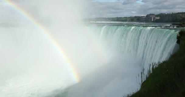 Egy szivárvány tarkítja a Niagara vízesés Ontario Kanada