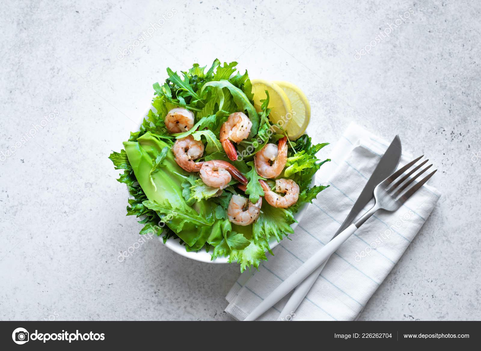 Морепродукты, сырые креветки на черном фоне, средиземноморская.