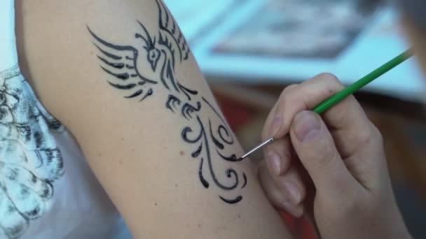 Lány a vállon a henna tetoválás
