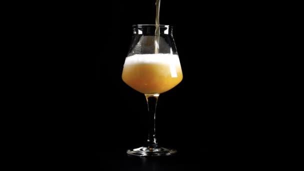 Nefiltrované pivo řemesla se nalije do sklenice