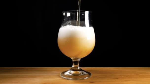 Craft beer se nalije do sklenice a pěnové nad