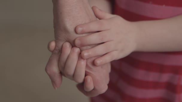 Malá holčička a její babička, drželi se za ruce