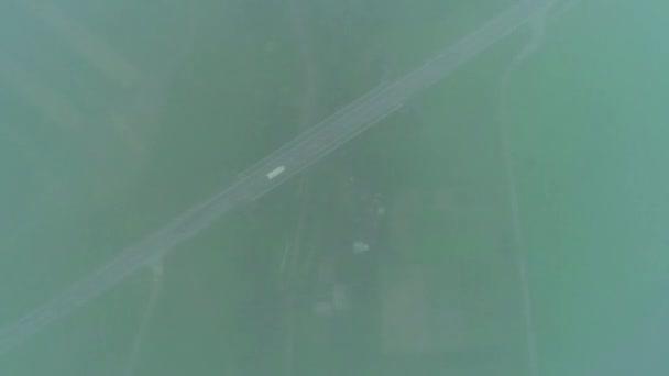 Légifotó-út a vidék mentén. Köd és a köd fusing. Gyönyörű táj ország közúti és az autók. 4k.