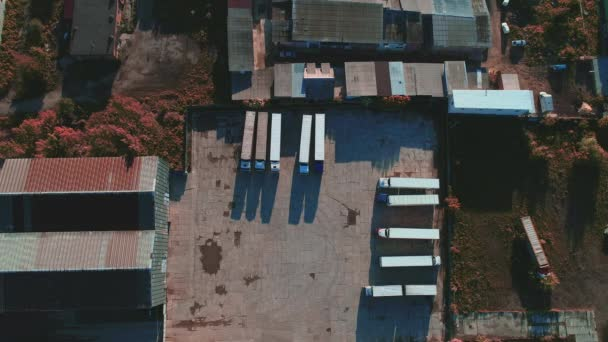 A fehér félpótkocsi légi tetejét a speciális parkolóban, tehergépjármű parkolással. 4k.