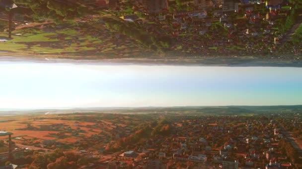 Spiegel aus der Luft abstrakten Hintergrund des städtischen Lebens. 4k.