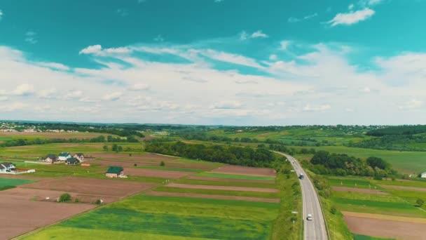 Vzdušný výhled se pohybuje od Nebeského nebe dolů k krásným předměstí s úžasnými domy a zahradnými loděnicemi.
