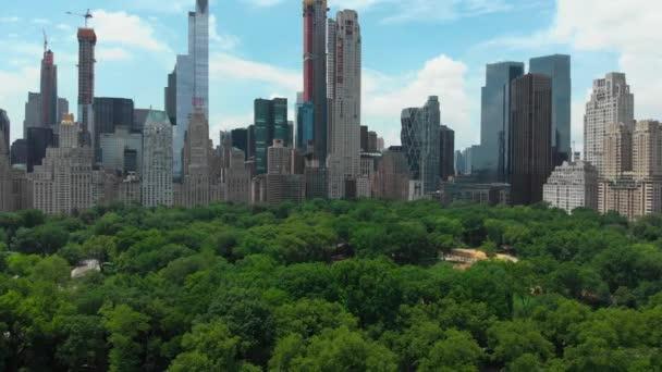 Městská scéna. Letecké panorama pohled moderní město s vysoké mrakodrapy a velký park