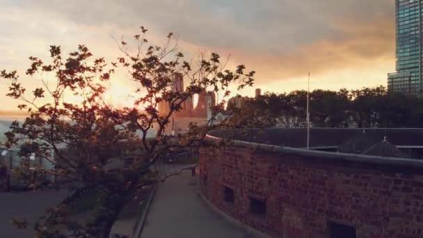 Pohled shora na západ slunce v New Yorku