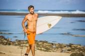 surfař surfování desky běží na písečné pláži v letním dni