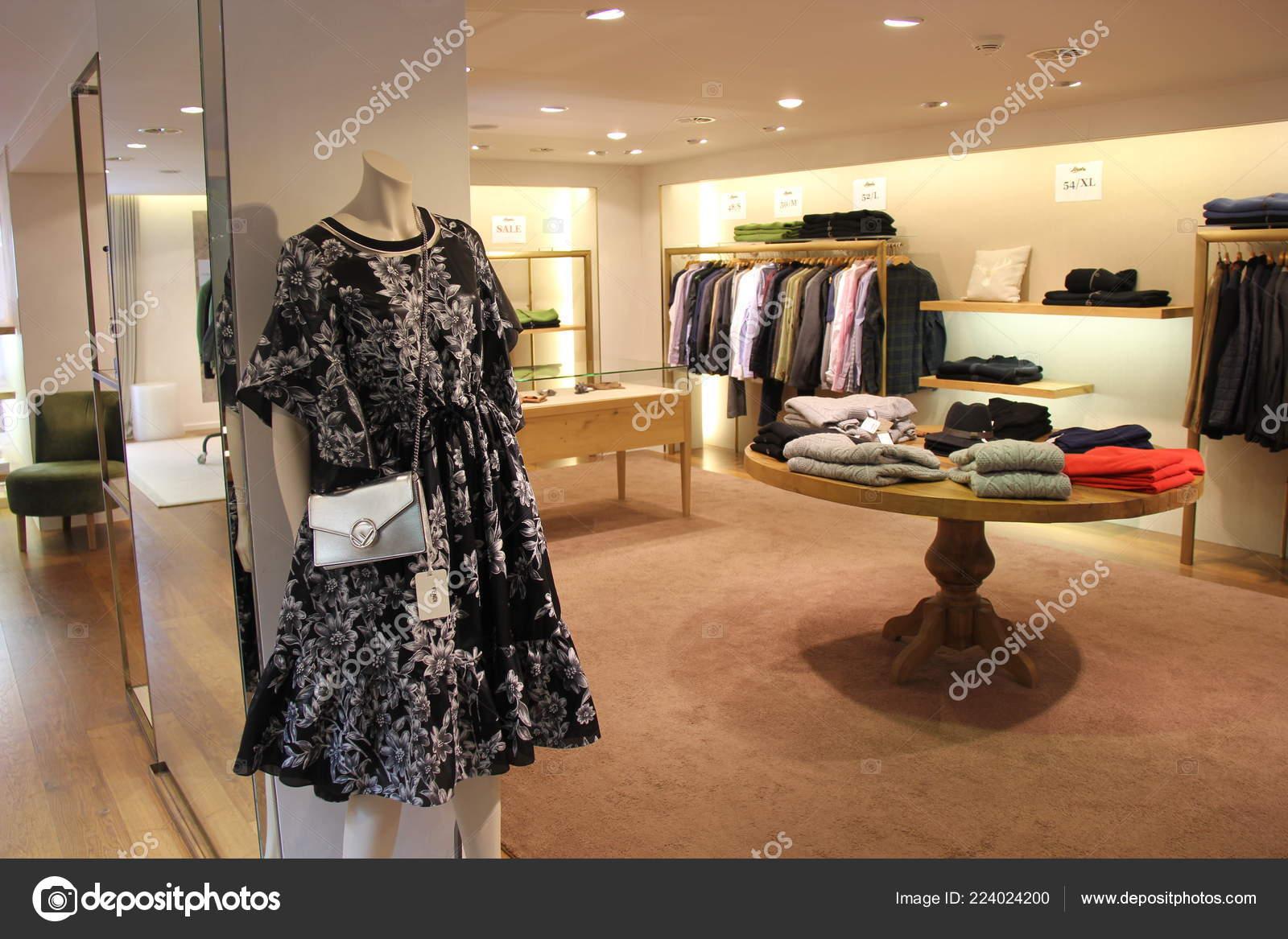 01e1a2e4de120 Lech Áustria 2018 Bolsa Fendi Roupas Grife Loja Moda — Fotografia de Stock