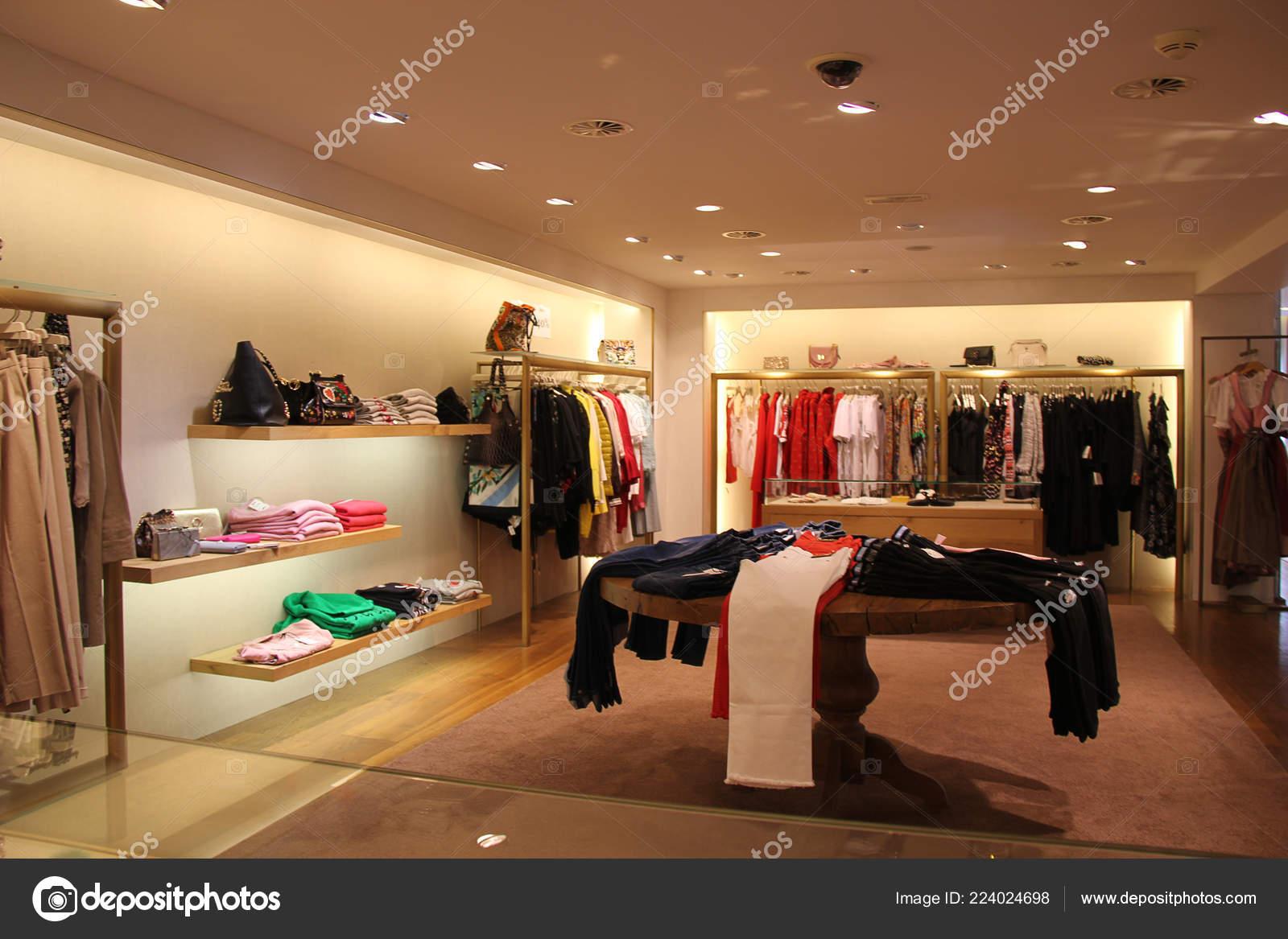 4b1927078fff9 Lech Áustria 2018 Interior Loja Moda Luxo — Fotografia de Stock ...