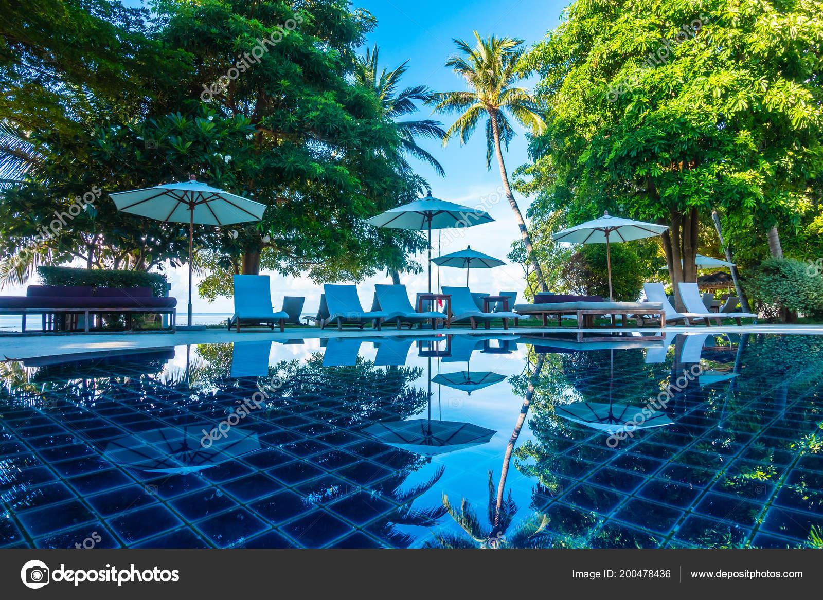 Schone Luxus Aussenpool Mit Regenschirm Und Stuhl Hotels Und Resorts