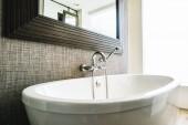 Gyönyörű luxus kád fehér dekoráció-belső fürdőszoba