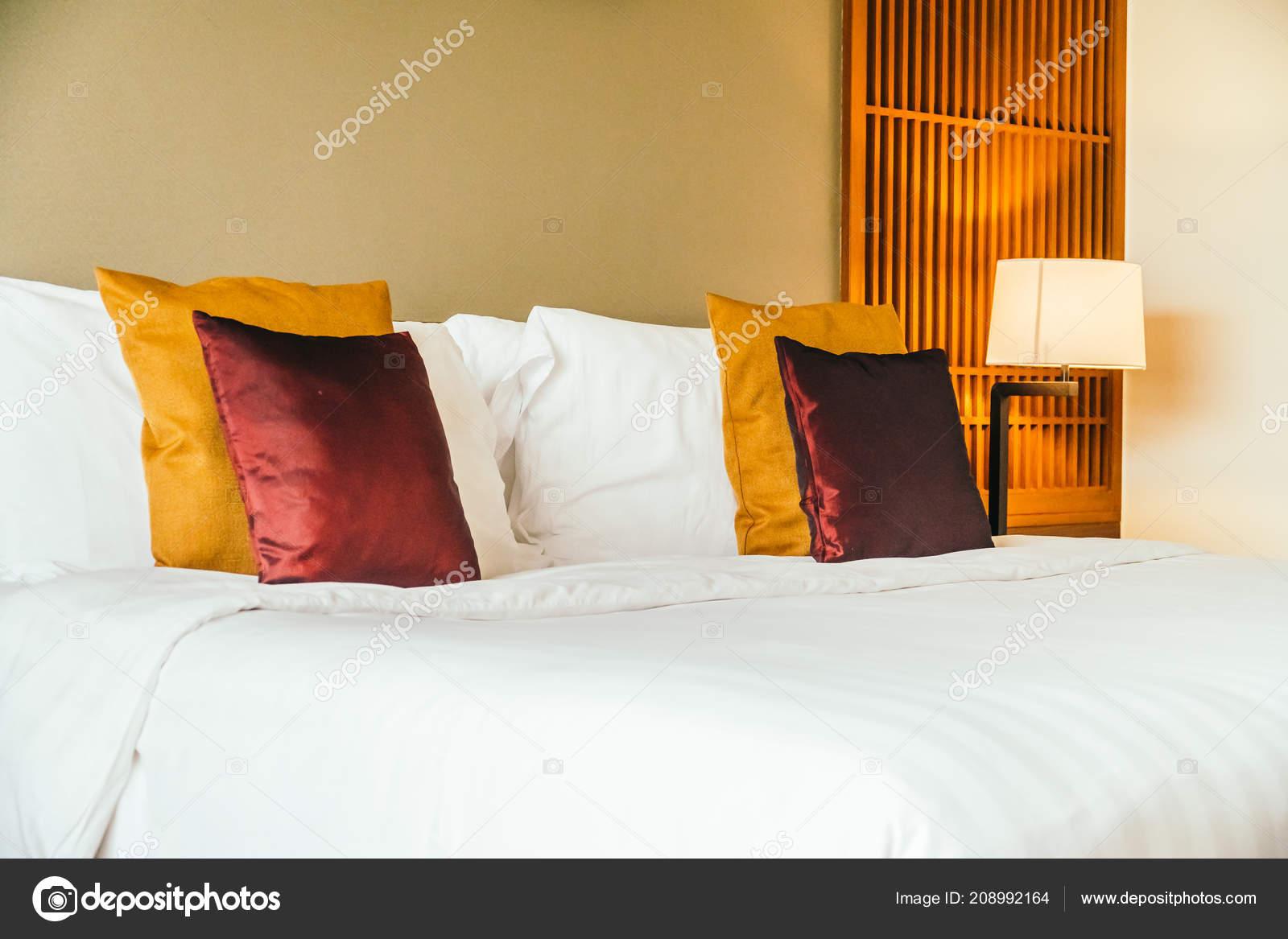 Oreiller Confortable Sur Lit Avec Lampe Meubles Décoration ...