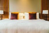 Fotografie Pohodlný polštář na posteli s světlo lampy nábytek dekorace interiér hotelu ložnice