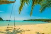 Nádherná tropická pláž a moře s kokosu palmou v ostrově paradise pro cestování a dovolenou