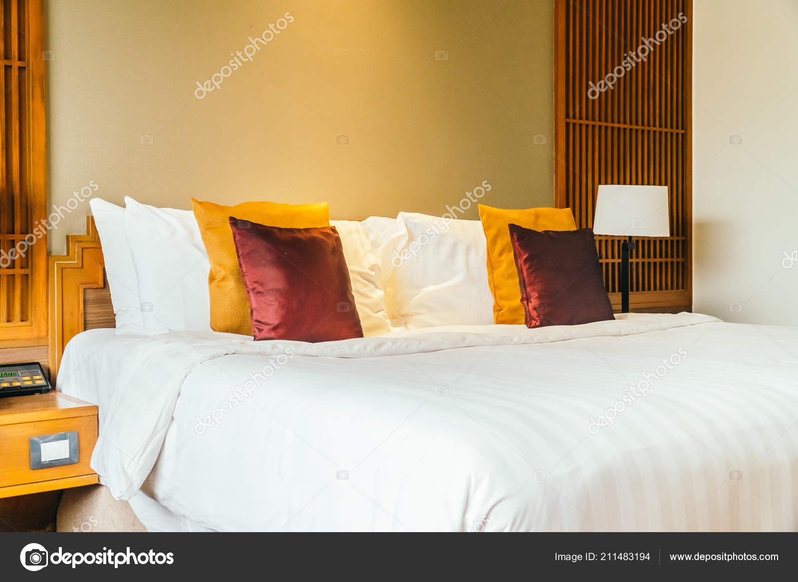 Oreiller Confortable Sur Lit Avec Lampe Meubles Décoration Intérieur ...