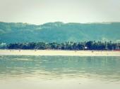 Nádherná tropická pláž a moře s kokosu palmou pro cestování a dovolenou