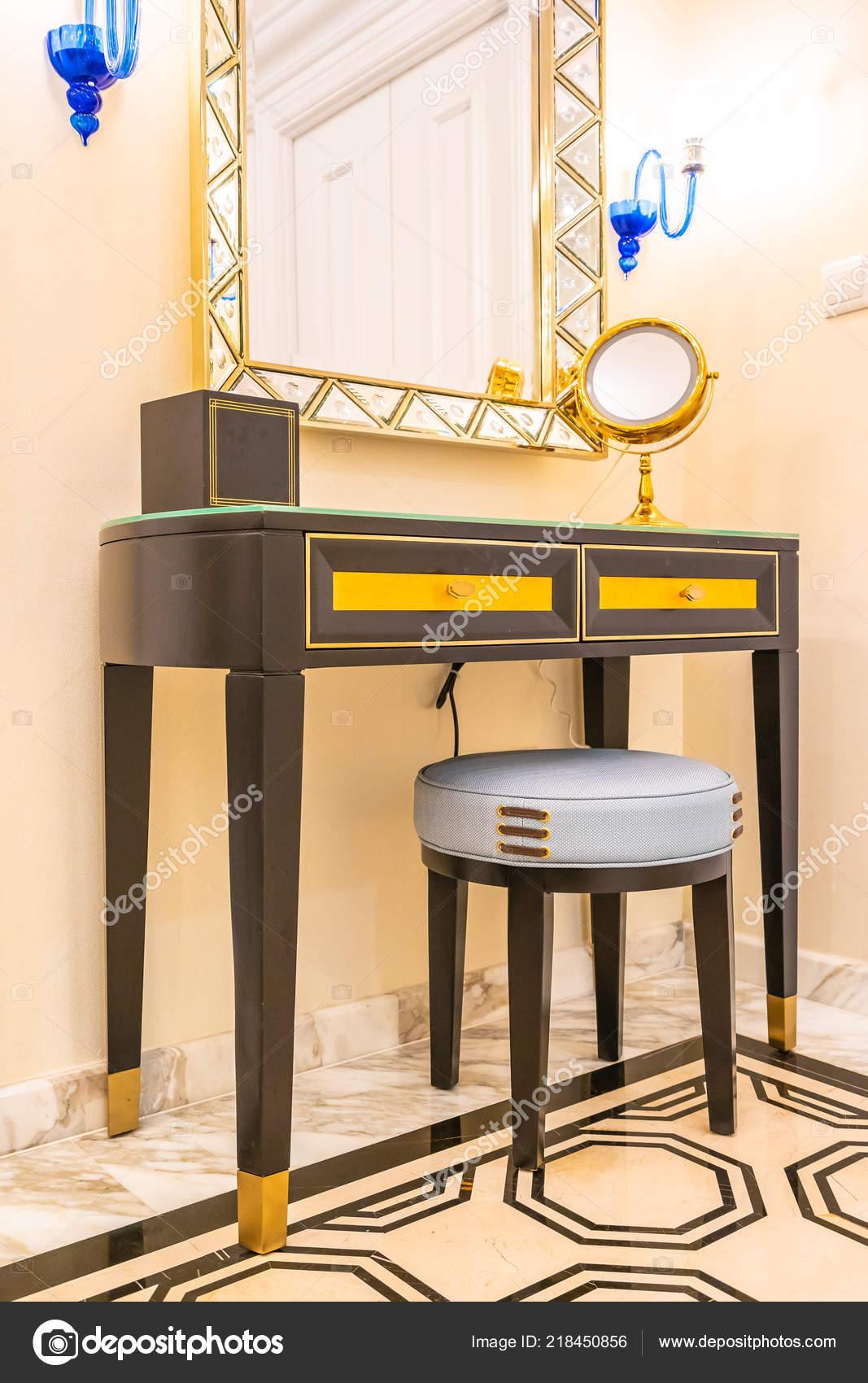 Luxe Belle Coiffeuse Avec Grand Miroir Intérieur Décoration ...