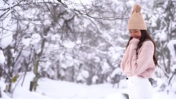 felvételeket a gyönyörű ázsiai fiatal nő alatt havazás