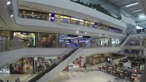 záběry přeplněných nákupních středisek v asijském městě