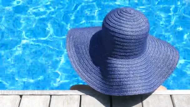 záběry ženy relaxační v bazénu během letních prázdnin