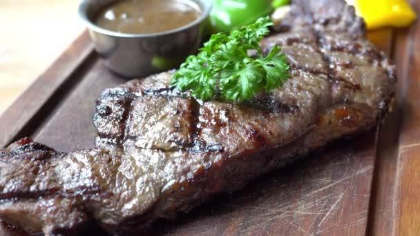 těsné záběry delikátní hovězí steak na stole