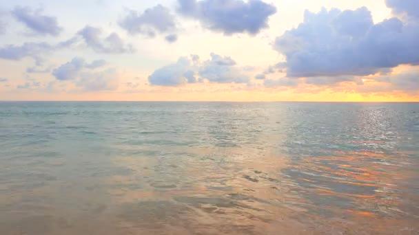 nyugodt felvétel szép hullámos tenger a sunset