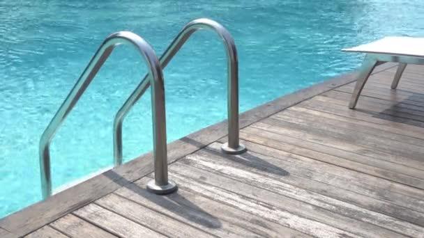 Vyhlídkové záběry bazénu v letovisku