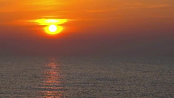 klidné záběry krásné zvlněné moře na západ slunce